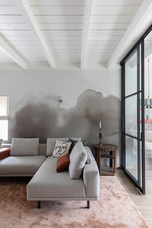 Calm but tough interior with watercolour wallpaper bij vtwonen